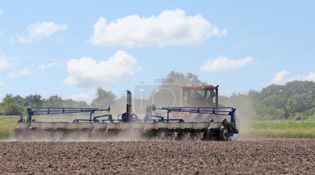Photo pour Planter des semences dans un champ agricole - image libre de droit