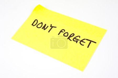 'No te olvides' escrito en una nota amarilla