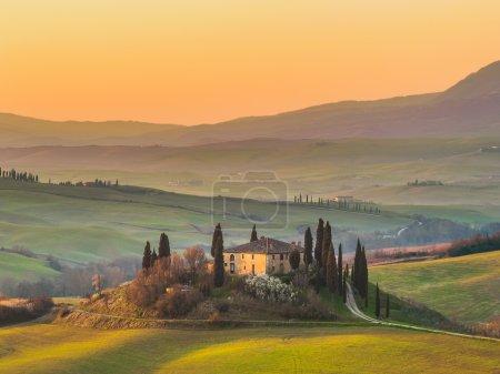 Des paysages ensoleillés et beau matin sur les champs en Toscane