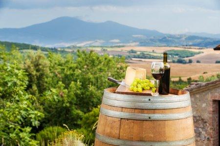 vin rouge et les raisins avec le pecorino fromage la campagne Toscane, Italie