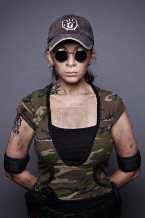 Photo pour Portrait d'une femme forte dans vêtu d'un camouflage - image libre de droit