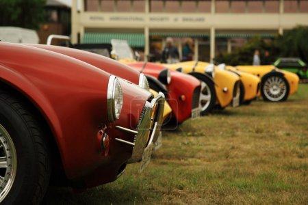 Photo pour Voitures de sport rouges et jaunes, alignés à un salon de l'automobile au Royaume-Uni - image libre de droit