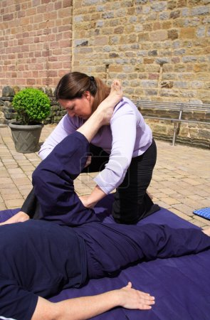 Photo pour Ischio-jambiers s'allonger dans le cadre d'un massage thaïlandais - image libre de droit