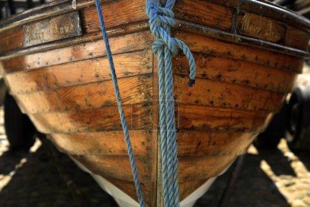 Photo pour Plan rapproché d'une coque et de cordes de bateau à rames - image libre de droit