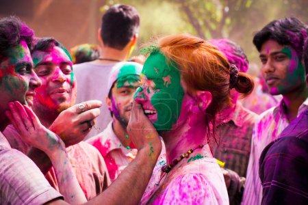 Photo pour Tourisme femme célébrant la fête indienne de holi avec la population indienne locale. au festival de holi en Inde. Holi, ou holli, est un festival de printemps, célébré par les hindous, les sikhs et d'autres. le jour principal, holi, est célébré par thr - image libre de droit