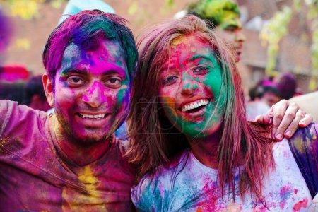 Photo pour Les gens célèbrent holi festival à delhi, Inde. Holi, ou holli, est un festival de printemps, célébré par les hindous, les sikhs et d'autres. le jour principal, holi, est célébrée par les gens jeter de la poudre colorée et eau colorée regardèrent. - image libre de droit