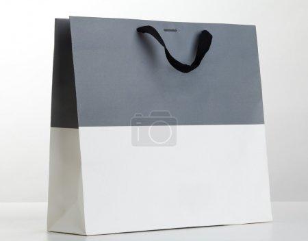 Photo pour Sac à provisions gris et blanc sur blanc. - image libre de droit