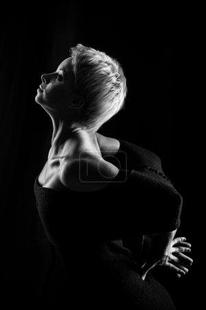 Photo pour Jolie fille dansant, tourné en version noir et blanc - image libre de droit