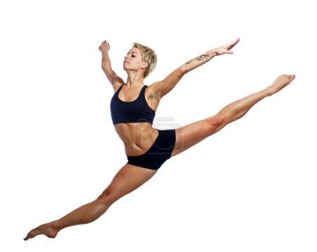 Photo pour Danseuse séduisante bondissant isolée sur fond blanc, tournée en studio - image libre de droit