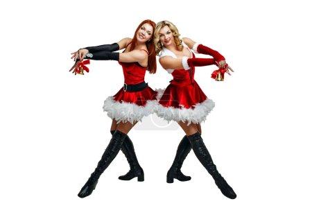 Photo pour Attrayant jeunes femmes en costumes de carnaval et cloches de Noël isolés sur un fond blanc - image libre de droit