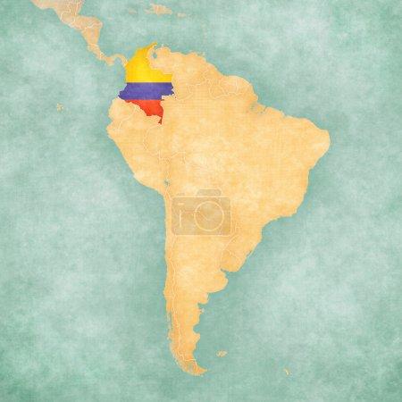 Photo pour Colombie (drapeau colombien) sur la carte de l'Amérique du Sud. La carte est dans un style d'été vintage et d'humeur ensoleillée. La carte a une atmosphère douce grunge et vintage, qui agit comme une peinture à l'aquarelle . - image libre de droit