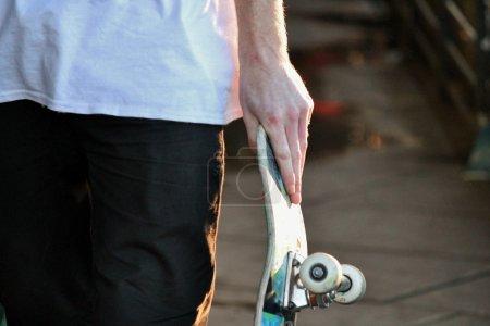 Photo pour Planche à roulettes se bouchent dans skate park avec des graffitis - image libre de droit