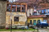 Staré a barevné budovy v Floriny, oblíbenou zimní destinaci v severním Řecku, na podzim