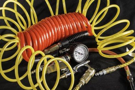 Photo pour Un tir de tuyaux d'air et les outils à air comprimé utilisés avec un compresseur d'air. - image libre de droit