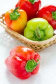 Zralé papriky v wattled košíku