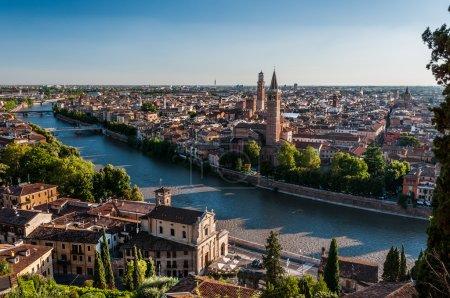 Photo pour Vérone est l'une des villes les plus populaires dans le nord de l'Italie et est inscrite au patrimoine mondial de l'UNESCO. Des milliers de touristes admirent chaque année le caractère médiéval de la ville. Vérone est également bien connu de William Shakespeare drame Roméo et Juliette . - image libre de droit