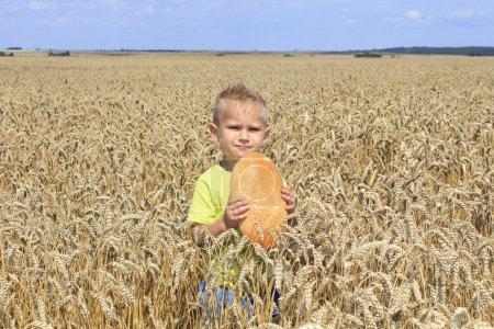 Junge im Weizenfeld