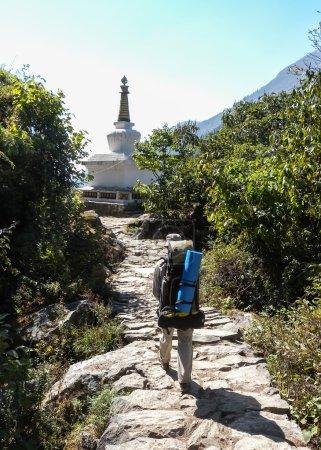 Foto de Senderos ancho cómodos y encantadoras en nepal - Imagen libre de derechos