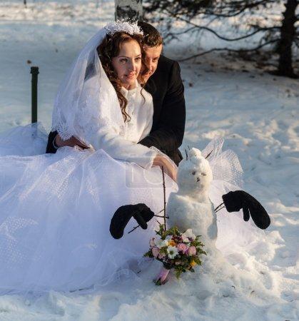 Photo pour Le mariage de deux amants, hiver, patin à glace, sourire - image libre de droit