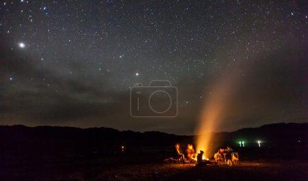Photo pour Nuit camping sous les étoiles Montagnes - image libre de droit