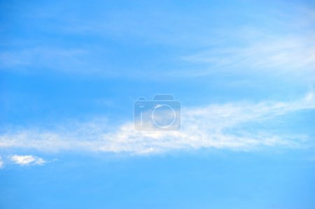 Photo pour Nuages de ciel bleu - image libre de droit