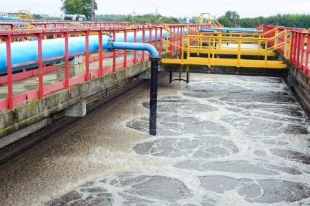 Photo pour Installation de traitement de l'eau avec grandes piscines d'eau - image libre de droit