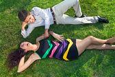 Mladý dospívající pár odpočívat na trávě