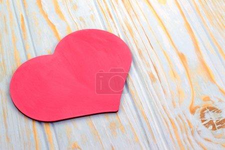 Photo pour Image de coeur rose qui se trouve sur l'arrière-plan aux tons des planches en bois - image libre de droit