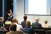"""Постер, картина, фотообои """"бизнес-конференции. люди, сидящие сзади и женщина, выступая на экране"""""""