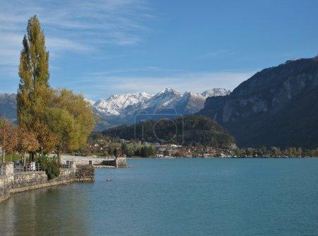 Photo pour Vue sur le lac Brienzersee et les montagnes . - image libre de droit