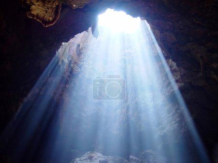 Photo pour Rayons de lumière dans une grotte en Thaïlande - image libre de droit