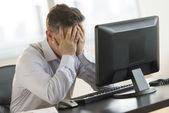 Hangsúlyozta, üzletember támaszkodva számítógépasztal
