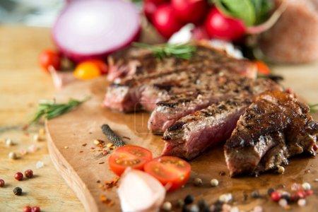 steak de bœuf cuit avec des légumes et des épices