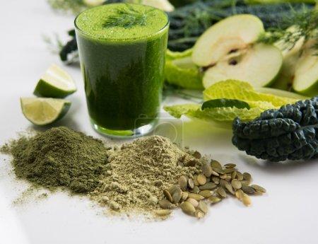 Photo pour Smoothie de jus frais réalisé avec des limes et des légumes verts bio - image libre de droit