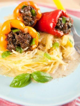 Foto de Almuerzo saludable de pimientos rellenos con opción de pasta sin gluten, calabaza espagueti - Imagen libre de derechos