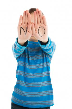 """Photo pour Pré-adolescent garçons affiche le mot """"NON"""" écrit sur ses paumes - image libre de droit"""