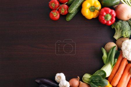Photo pour Légumes sur fond bois avec espace pour la recette. alimentation biologique. - image libre de droit