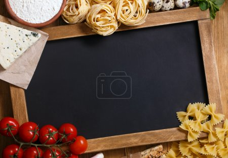 Photo pour Nourriture italienne sur fond de bois vintage, avec tableau, avec copyspace - image libre de droit