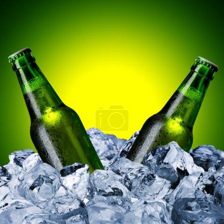 Photo pour Bouteilles de bière avec glaçon - image libre de droit