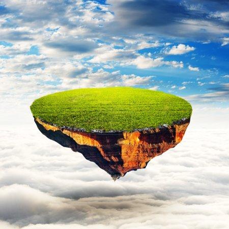 Photo pour Planète flottante. Un morceau de terre dans les airs. Sol gazonné détaillé. Sur brouillard blanc avec fond de ciel. À utiliser comme arrière-plan pour votre concept - image libre de droit