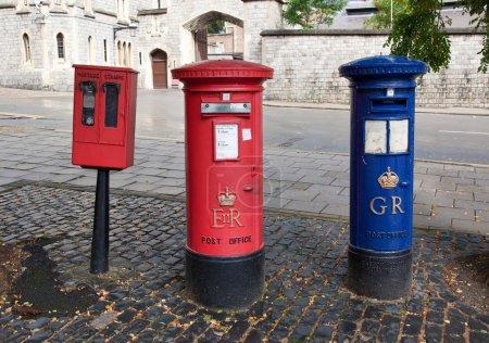 Photo pour Boîte aux lettres britannique rouge sur une rue de ville - image libre de droit
