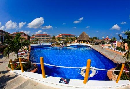 Photo pour Une vue de poisson-oeil d'un tout compris de luxe beach resort à cancun au Mexique - image libre de droit
