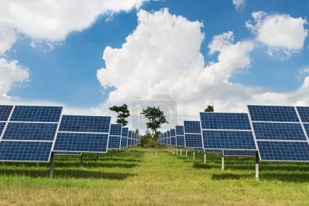 Foto de La granja solar para la energía verde en el campo en Tailandia - Imagen libre de derechos