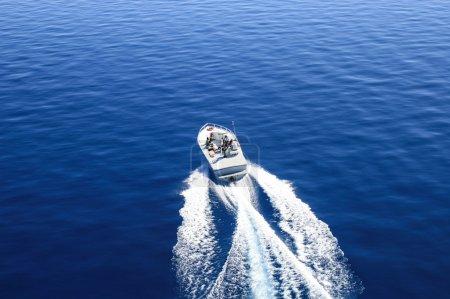 Photo pour Bateau à moteur ou bateau sur le lac tahoe. vue d'oiseau. - image libre de droit
