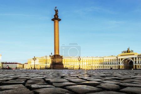 Photo pour La colonne Alexandre sur la Place du Palais à Saint-Pétersbourg par temps ensoleillé - image libre de droit