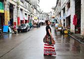Cestování dívka připraven poznat v Číně staré město na cestě