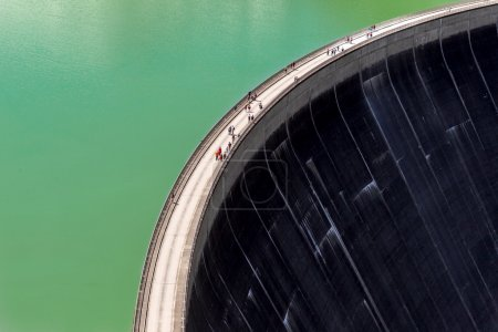 Photo pour Les visiteurs traversent le barrage des réservoirs alpins de Kaprun, Kaprun, Salzburger Land, Autriche le 27.07.2012 - image libre de droit