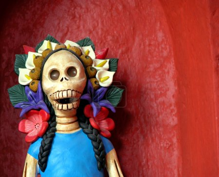 Photo pour Mexico's traditional day of the dead Catrina close up with flowers on head - image libre de droit
