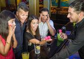 Barman provádět Kouzelnický kousek překvapený hostům
