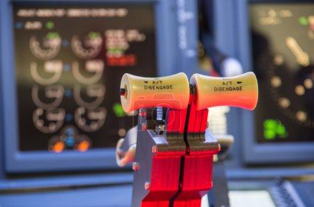 Photo pour Gros plan sur la manette des gaz d'un simulateur de vol fait maison . - image libre de droit